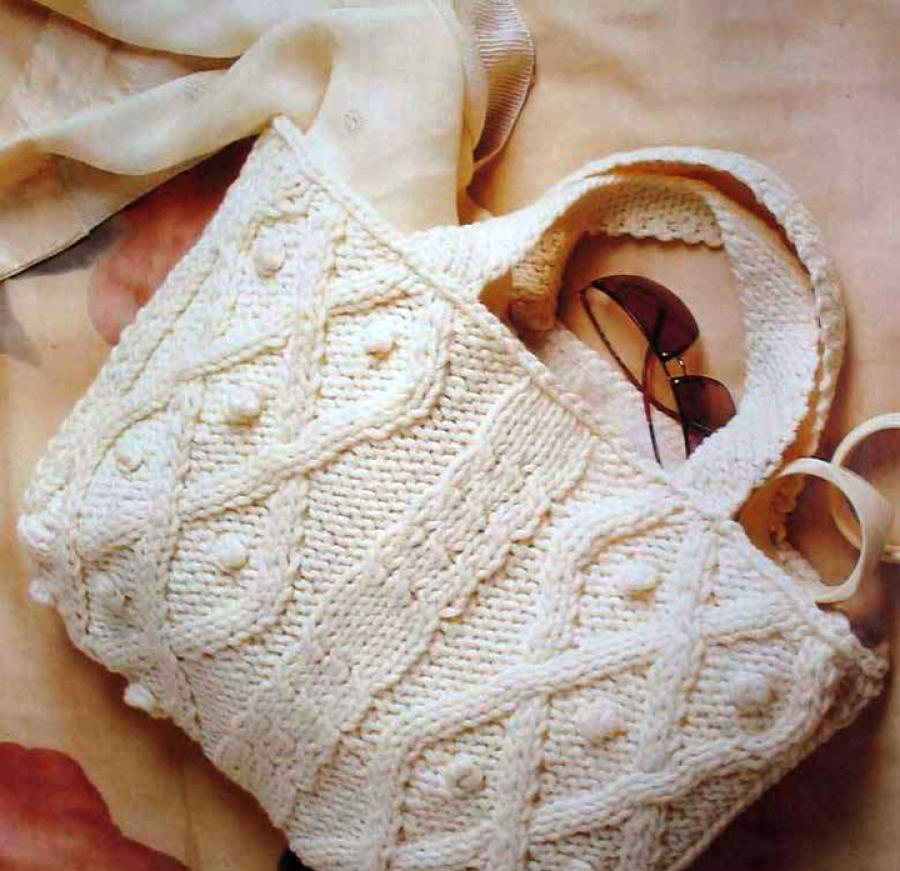 Красивая белая сумка спицами