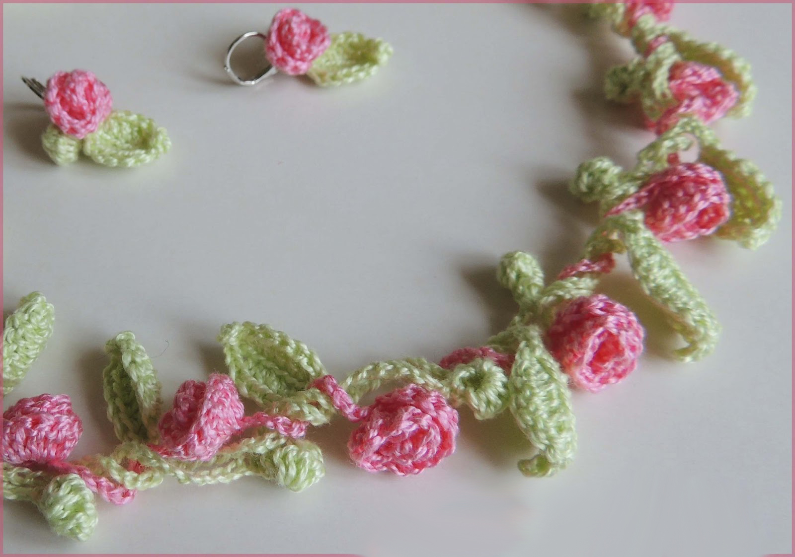 Нежный браслетик из цветочков, связанных крючком