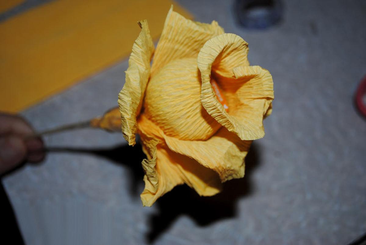 Букеты из конфет. Розы из гофрированной бумаги