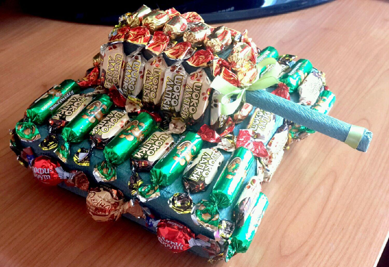 Сладкий танк из конфет
