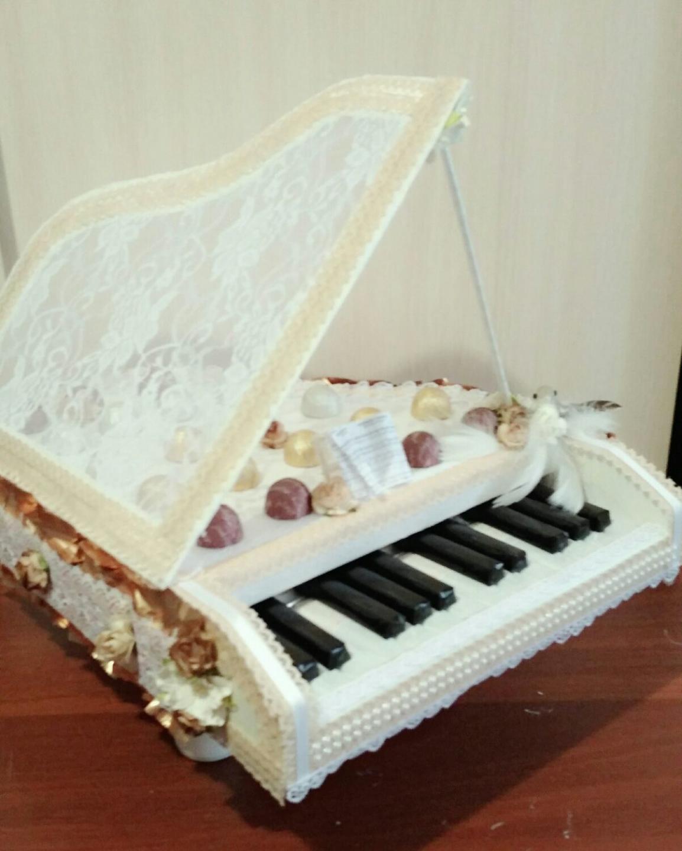 Белоснежный рояль из конфет