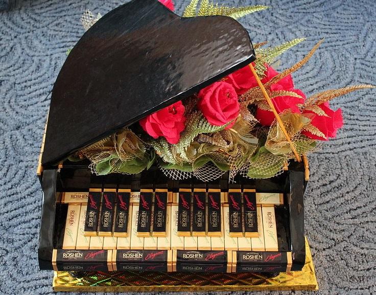 Чёрный рояль из конфет с розами