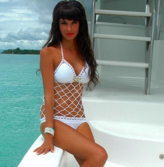 Девушка в белом вязаном купальнике с сеткой