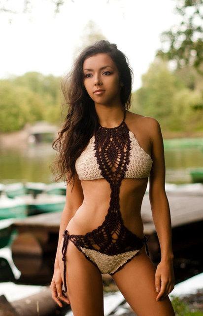 Девушка в сплошном вязаном купальнике