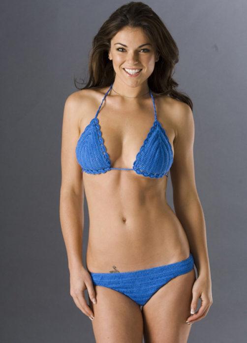 Синий вязаный купальник на девушке