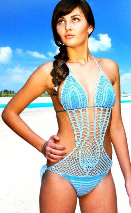 Девушка в вязаном купальнике нежно-голубого цвета