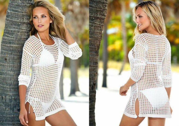 Белая вязаная туника для пляжа на девушке