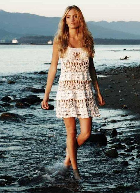 Девушка в пляжной вязаной тунике белого цвета