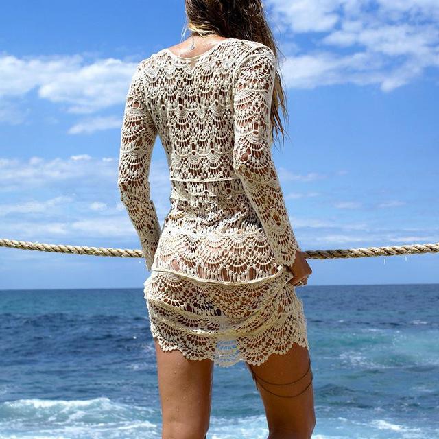 Девушка в белой вязаной тунике
