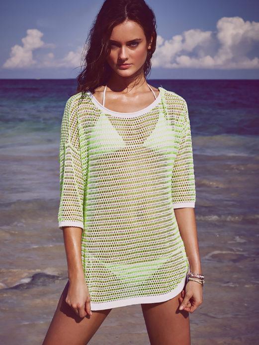 Девушка в пляжной вязаной тунике