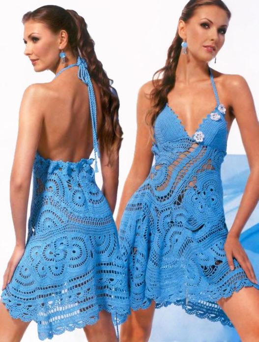 Девушка в вязаном сарафане синего цвета