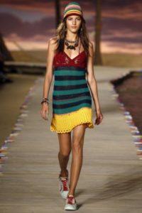 Девушка в разноцветном вязаном сарафане