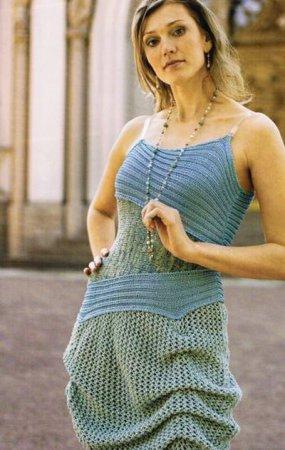 Девушка в вязаном летнем сарафане
