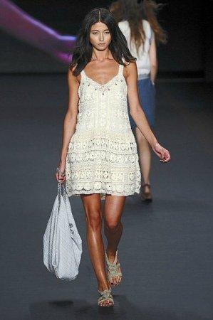Девушка в вязаном сарафане белого цвета