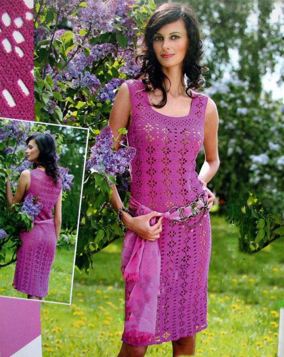 Девушка в вязаном сарафане розового цвета