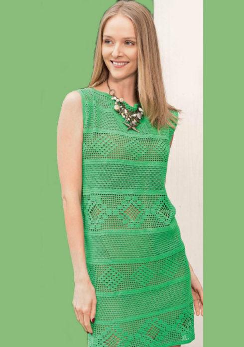 Девушка в вязаном летнем сарафане зеленого цвета