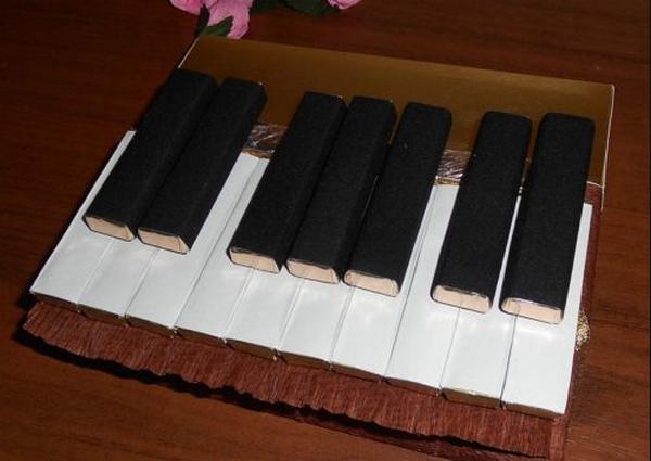 Укладка шоколадных батончиков-клавиш рояля