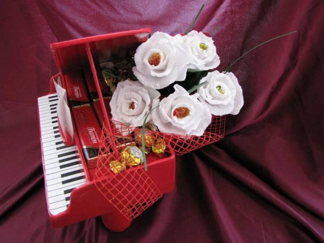 Рояль из конфет, декорированный белыми цветами