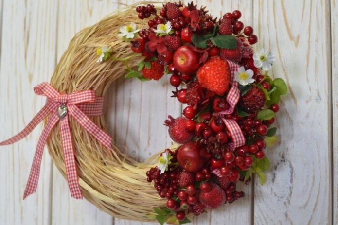 Летний венок с ягодами