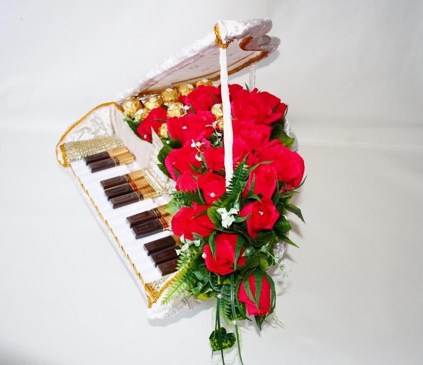 Рояль из конфет и шоколадок