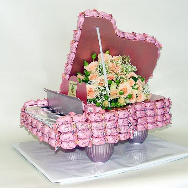 Розовый рояль из конфет