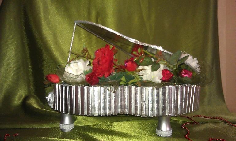 Серебристый рояль из конфет
