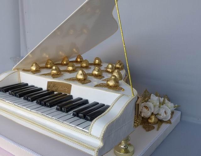 Сладкий рояль из конфет