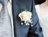 Бутоньерка для жениха из живой розы и жемчужницы
