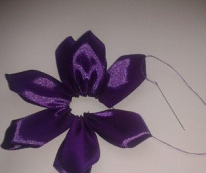 Формирование цветка из атласных лент