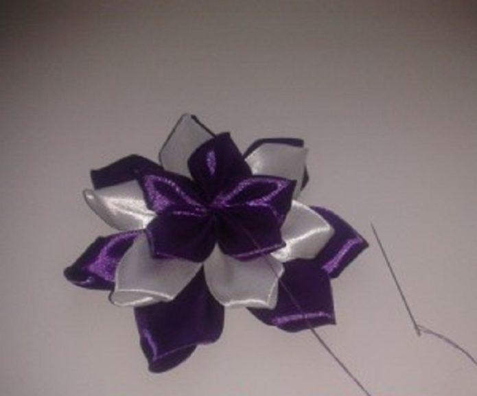 Цветок для бутоньерки из атласных лент