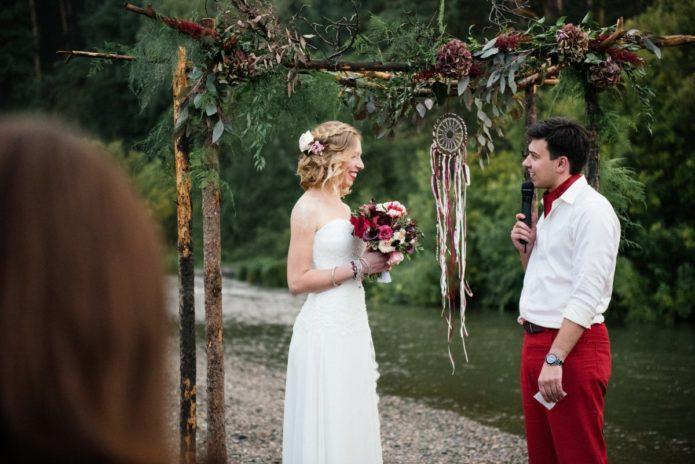 Жених и невеста на свадьбе в стиле бохо