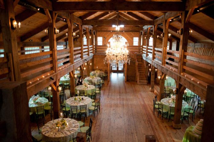 Зал, оформленный для свадьбы в стиле Рустик