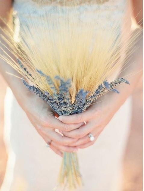 Букет их колосьев и полевых цветов в стиле бохо