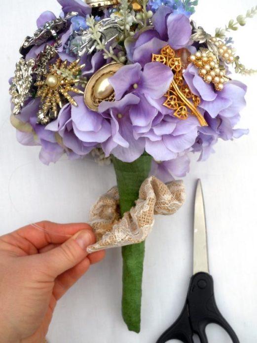 Формирование букета невеста из искусственных цветов и брошек