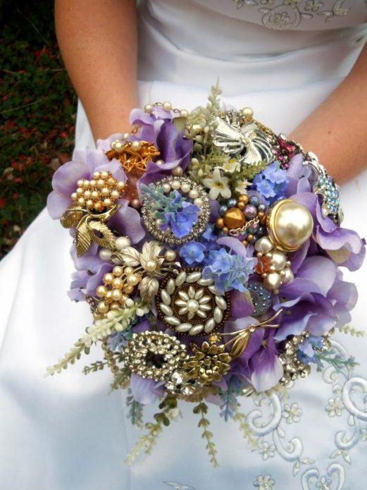 Букет-дублер из искусственных цветов и брошей