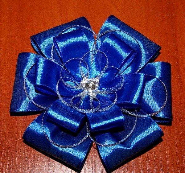 Бант-цветок из атласных лент