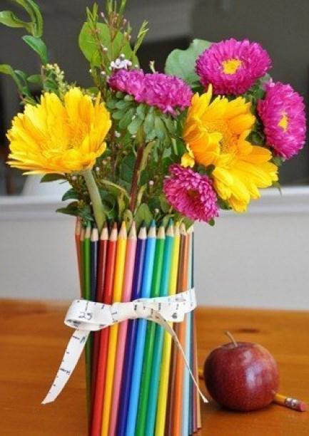 Букет из живых цветов и карандашей