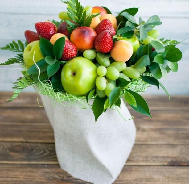 Букет на 1 сентября из фруктов и ягод