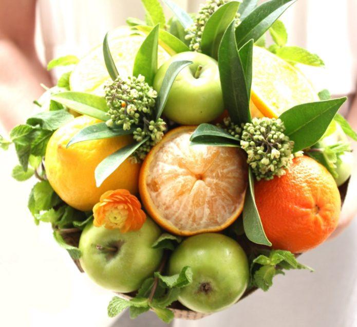 Букет из зеленых яблок и апельсинов