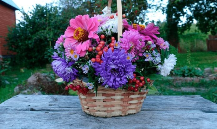 Осенний букет из цветов в корзине