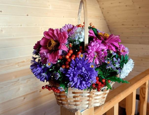 Букет из осенних цветов в корзине