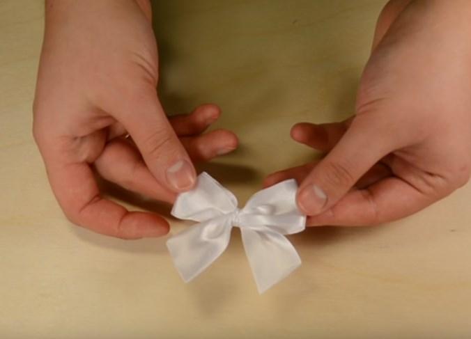 Бант из атласной ленты для свадебной подвязки