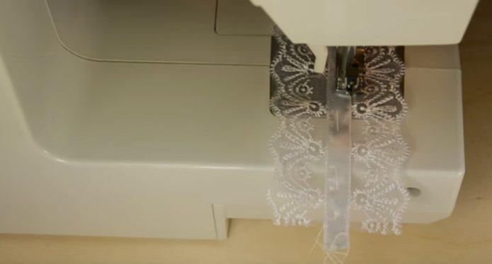 Кружевная подвязка и швейная машина