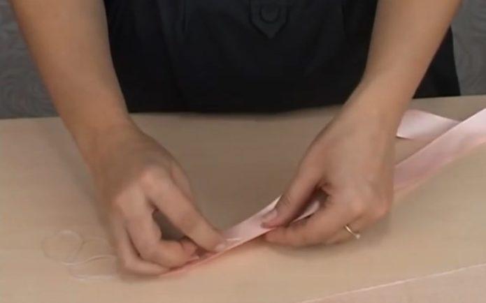Наметывание краев атласных лент