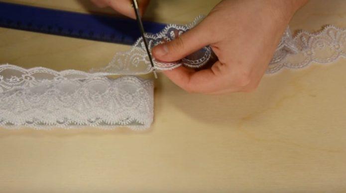 Подготовка отрезков кружева для изготовления подвязки