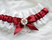 Подвязка для невесты из гипюра и атласной ленты