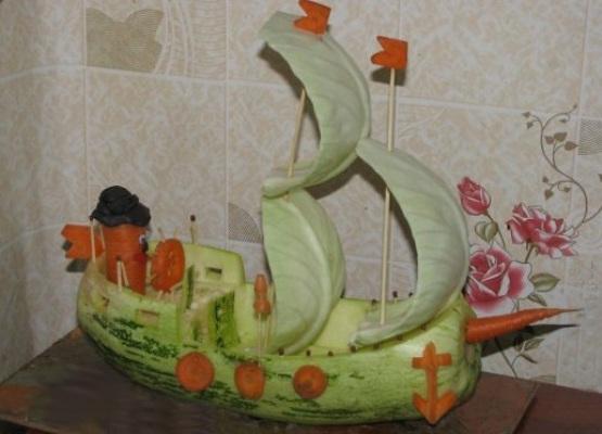 Корабль из кабачка, моркови и капустных листьев