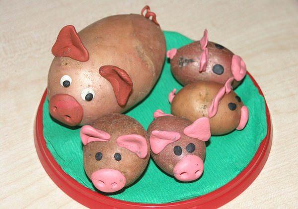Семья поросят, сделанная из картофеля и пластилина