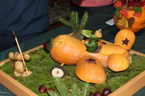 Самолет из тыквы с Геной и Чебурашкой из огурцов и картошки