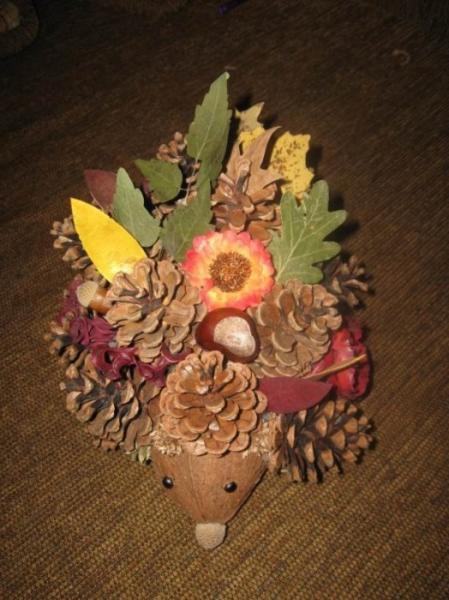 Еж из шишек и листьев